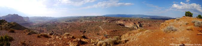 Panorama en direction du Sud-ouest du Waterpocket Fold depuis les falaises de l'entrée Ouest du Parc national de Capitol Reef, Utah