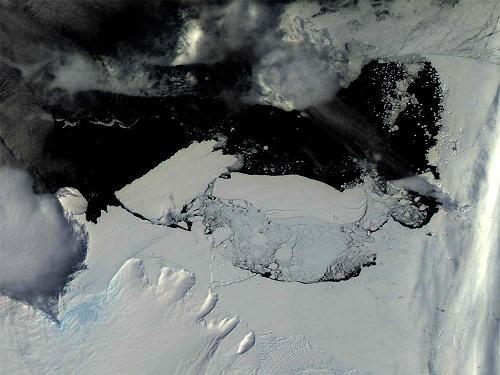 Choc entre la langue glaciaire flottante de Mertz et l'iceberg B-9B