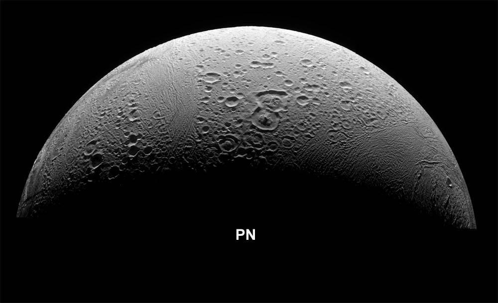 La région du pôle Nord (PN) d'Encelade