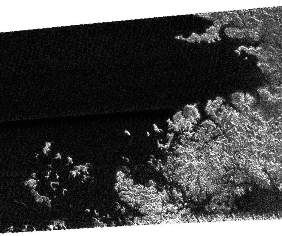 Bord d'un lac, avec côte découpée, archipel d'îles … sur Titan