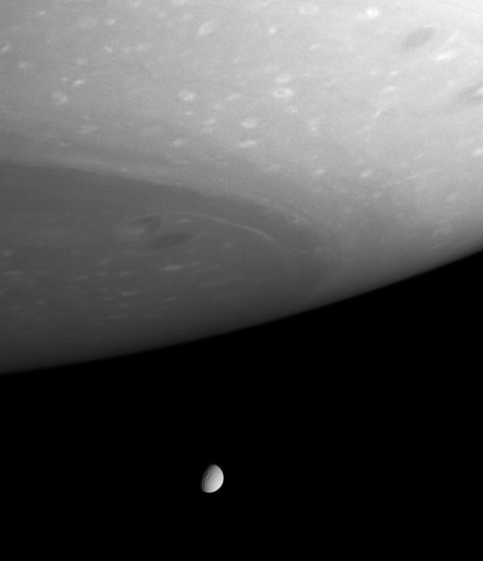 Téthys (diamètre de 1060km) et Saturne
