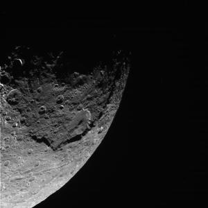 La surface cratérisée de Japet, prise la nuit du 31 décembre 2004