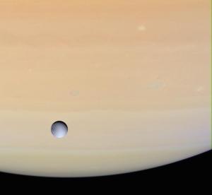 Dioné (diamètre de 1118km) se détachant devant le globe de Saturne