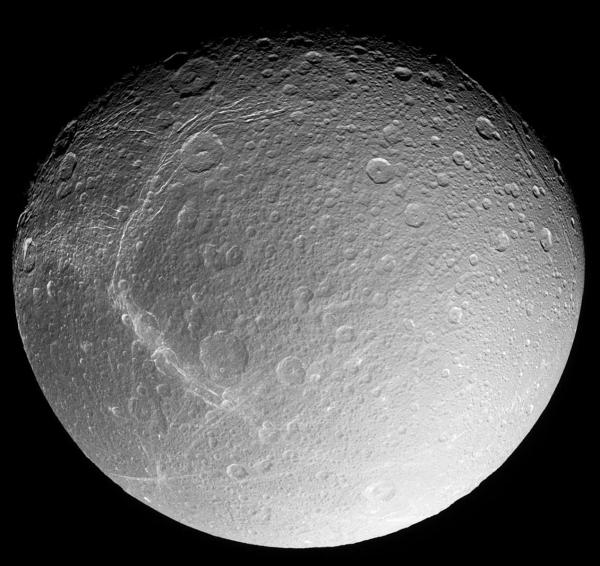 La surface cratérisée et tectonisée de Dioné, photographiée pendant l'approche de décembre 2004