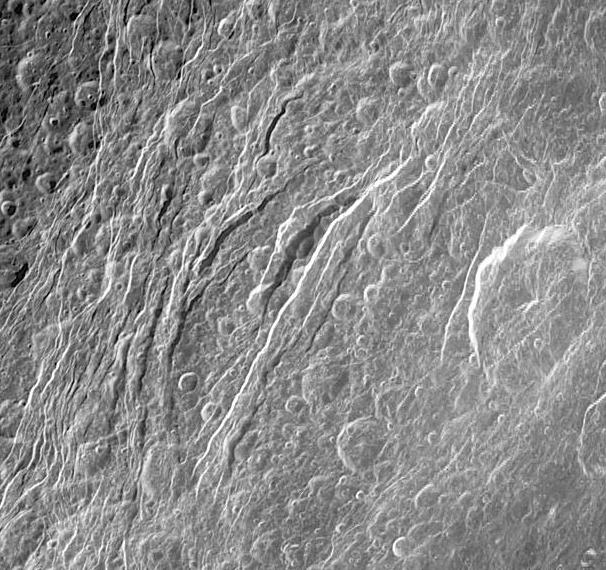 Failles recoupant des cratères d'impact sur la surface de Dioné