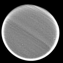 Image prise à 0,89µm, montrant une organisation de l'atmosphère de Titan en bandes latitudinales