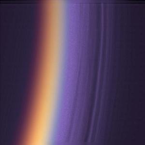 Nuages de brumes stratifiées dans la haute atmosphère, à plusieurs centaines de kilomètres au-dessus de la surface de Titan