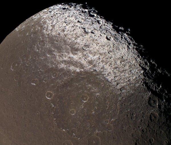 Japet: détail sur la limite Nord de Cassini Régio
