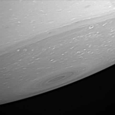 Vue rasante du pôle Sud de Saturne, le 23 avril 2005 depuis 2,4 millions de km
