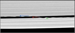 Image de la division de Keeler montrant un nouveau petit satellite (7km de diamètre) et les déformations des bordures occasionnées par son passage