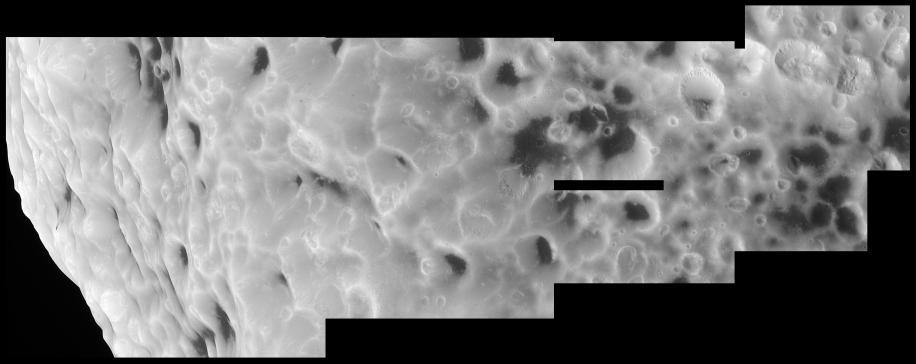 Gros plan sur la surface d'Hypérion, satellite de Saturne