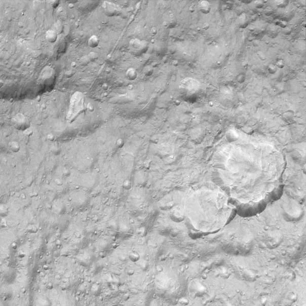 Détail de la surface cratérisée de Téthys