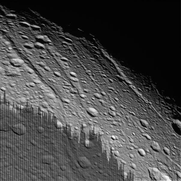 Détail des rides et fossés du Nord-Est de Dioné, satellite de Saturne