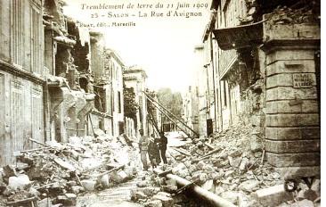 Carte postale d'époque montrant des dégâts à Salon de Provence (juin 1909)