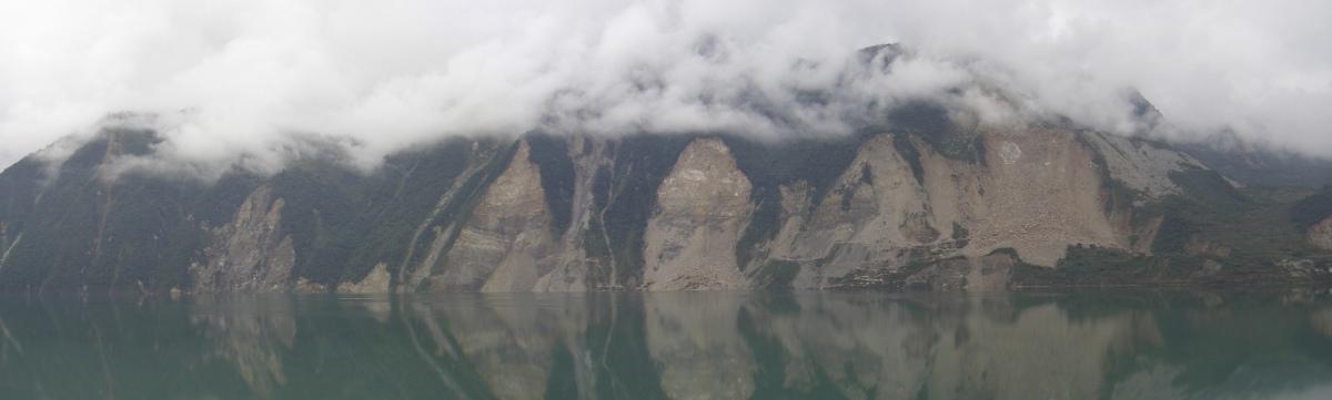 Traces de glissements de terrain co-sismiques au-dessus du lac (artificiel) de barrage de Zipingpu