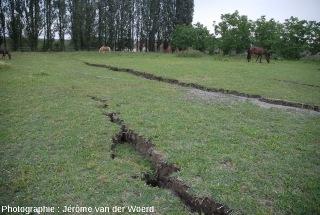 Fissures, conséquences du séisme du 20 mai 2012, près de Mirabello (Italie)