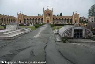 Cimetère dont des allées sont envahies de boue sableuse, conséquence du séisme du 20 mai 2012, près de Mirabello (Italie)