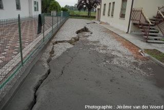 Une fissure dans une rue envahie de boue sableuse, conséquence du séisme du 20 mai 2012, près de Mirabello (Italie)