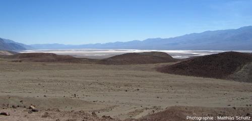 Le fond de la Vallée de la Mort, avec le terrain de golf du diable (Devil's Golf Course) et Badwater à l'arrière-plan