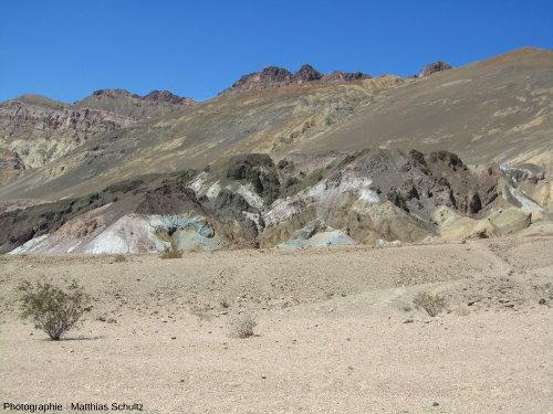 Affleurements volcaniques acides très altérés de la route des artistes (Artist's Drive), légèrement en surplomb du terrain de golf du diable (Devil's Golf Course)