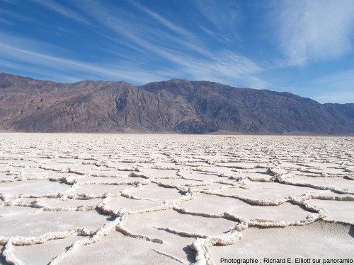 Quasi-hexagones à bordures de sel en relief, Badwater, Vallée de la Mort, Califormie