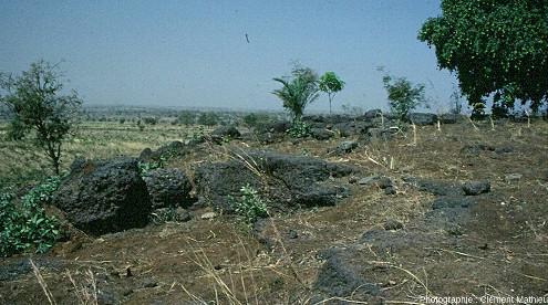 Cuirasse ferrugineuse en bordure d'un plateau tabulaire résiduel en climat tropical humide, région de Kara, Togo