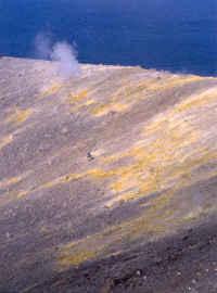 Détail du flanc Nord Est du cratère du Vulcano (en jaune les solfatares)