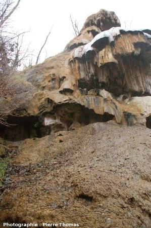 """L'éperon de la source de Tête de Lion avec pseudo-gours, mini-escaliers sans """"lac"""" à l'arrière, Saint Floret (63)"""