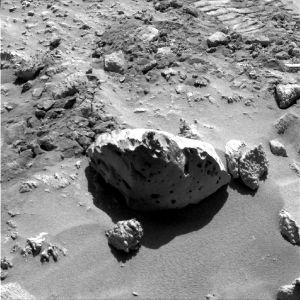 Bloc de basalte et autre type de roche