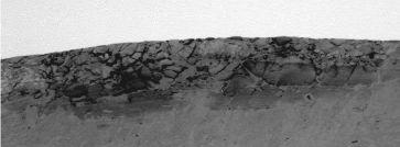 Méga-brèche constituée de blocs éjectés lors de l'impact et retombés sur les lèvres du cratère Endurance
