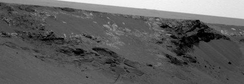 Détail des couches sombres, finement stratifiées, affleurant sur le bord interne du cratère Endurance