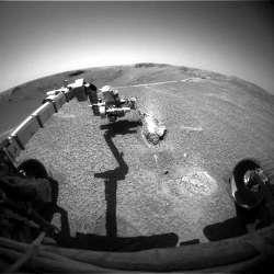 Opportunity analysant un bloc d'éjectas, Lion stone, situé à environ un mètre du bord du cratère Endurance