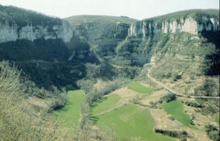 Reculée du Lavencou au pied du Causse du Larzac (Aveyron)