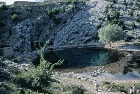 Source karstique vauclusienne de la région du Karst en Croatie