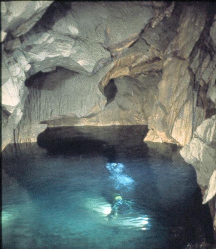 Fond de gouffre dans la zone noyée d'un aquifère karstique du Baget (Ariège, Pyrénées)