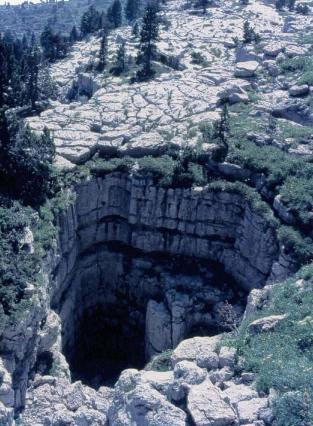 Gouffre au milieu d'un lapiaz dans les Préalpes calcaires