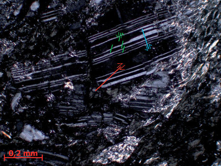 Détail interprété d'un porphyroclaste de plagioclase microfaillé, LPA