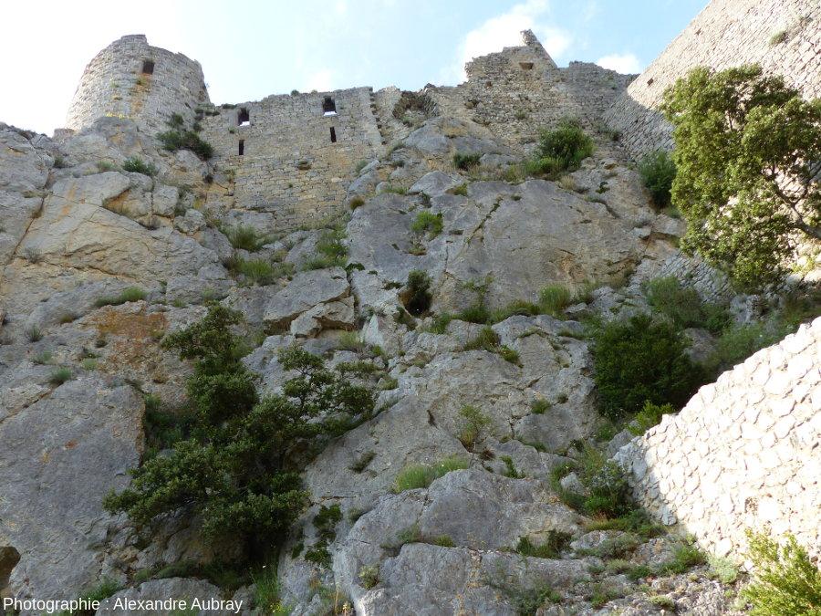 """Vue en contrebas du château """"cathare"""" de Puilaurens montrant sa construction sur une barre calcaire"""