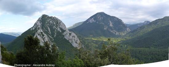 Vue vers l'Est de la barre calcaire crétacée depuis le château de Puilaurens