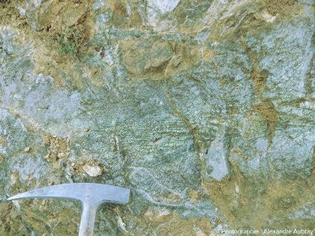 Affleurement de péridotite mantellique avec serpentine au niveau du village de Bestiac, au Sud de la carrière de talc de Trimouns