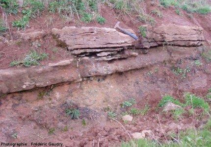 Affleurement des grès feldspathiques du Rhétien à l'Est de Varenne l'Arconce