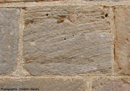 Bloc de grès lité du Rhétien, église romane de Varenne l'Arconce