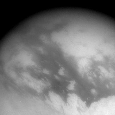 Image de la surface de Titan prise pendant l'éloignement de la sonde Cassini