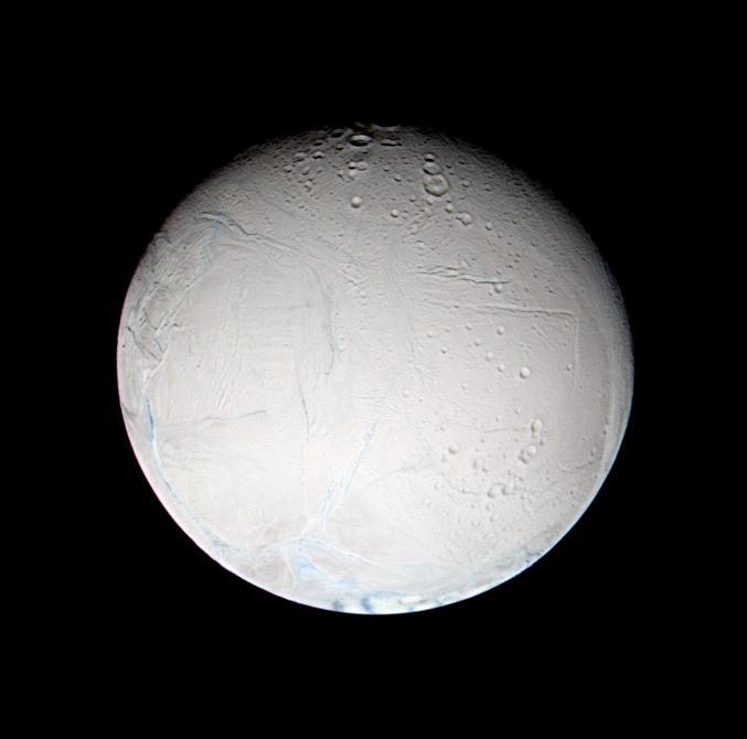 Encelade vu par Cassini au début de son survol de février 2005, depuis une distance de 180.000km