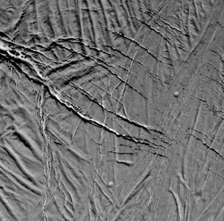 """Détail des fentes à l'extrémité du """"rift"""" d'Encelade"""