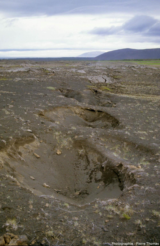 Cratère de soutirage à l'aplomb d'une fissure ouverte, région de Myvatn (Islande)