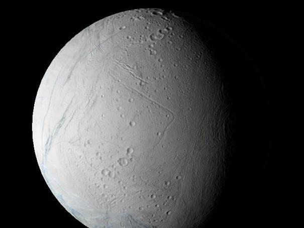 """Vue des ¾ du globe d'Encelade, en """"couleurs naturelles"""""""