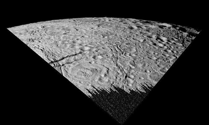 Cratère enceladien (au milieu à gauche) montrant une morphologie rappelant des structures de rebond dans un liquide