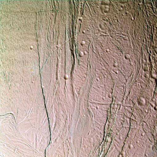 Champ de rides, de sillons et de failles sur Encelade
