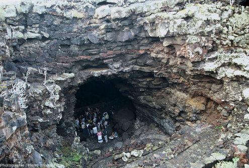 """Vue sur les parois d'un tunnel de lave """"touristique"""" sur l'ile de Lanzarote (Canaries)"""